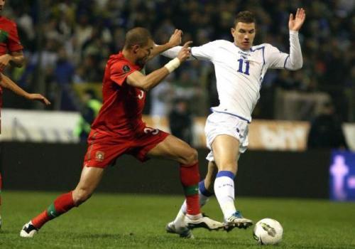 Dzeko y Pepe pugnan por un balón en el Bosnia Portugal. Foto:lainformacion.com/EFE