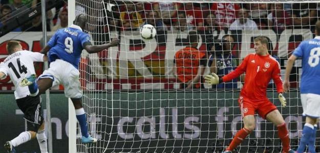Mario Balotelli marca contra Alemania