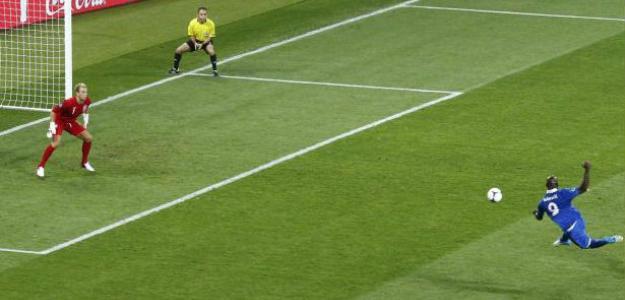 Balotelli contra Hart en la Eurocopa 2012