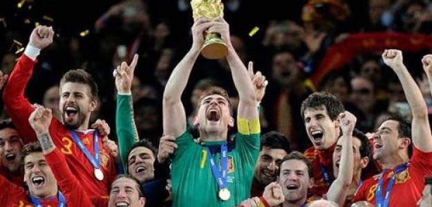 Iker Casillas levanta la copa de Campeón del Mundo