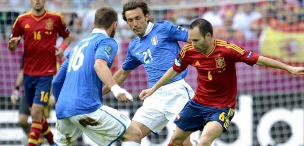 Iniesta y Pirlo en el España-Italia de la Eurocopa 2012