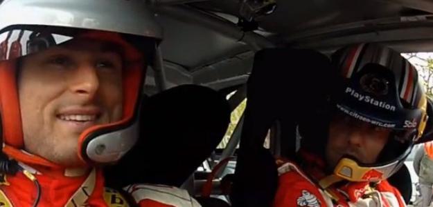 Giroud, subido en el coche de Loeb